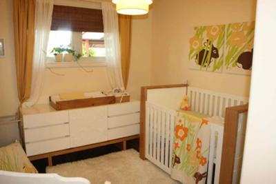 The white and natural wood baby crib looks amazing with the light yellow wall paint color.